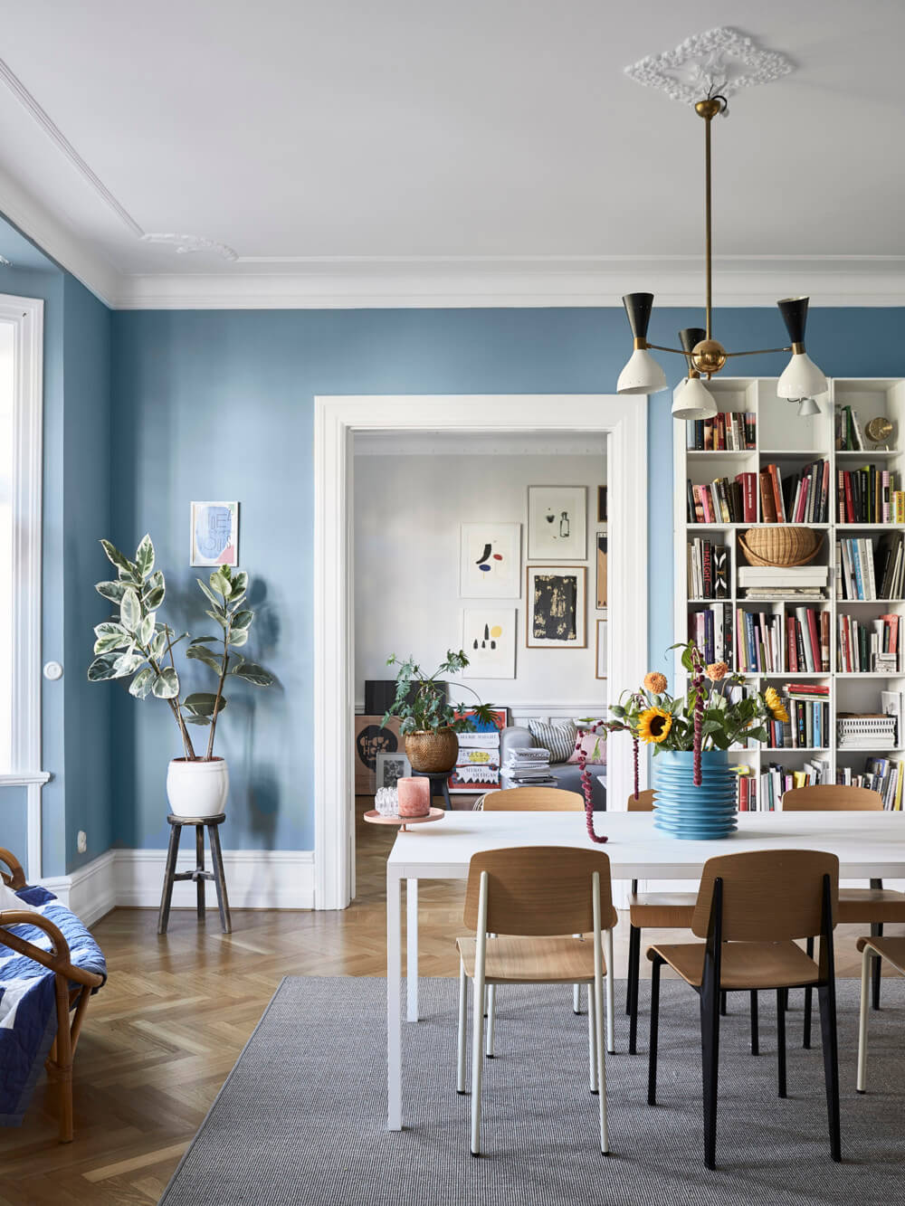 A+Scandinavian+Apartment+Decorated+in+Blue+and+Grey+Tones